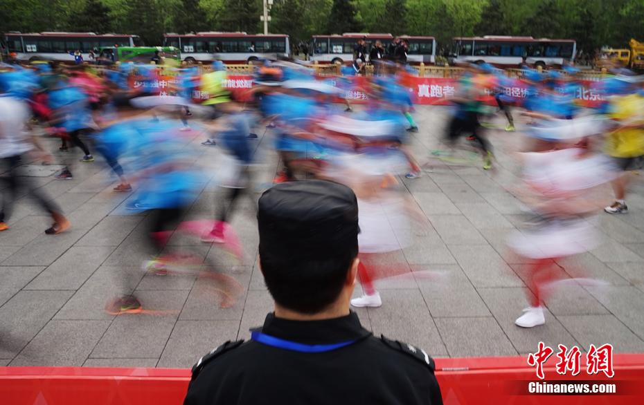 2017北京国际长跑节 选手领略京城古朴与现代