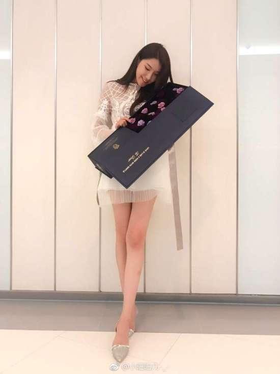郭艾伦女友521秀整盒鲜花 网友大赞:腿长有两米
