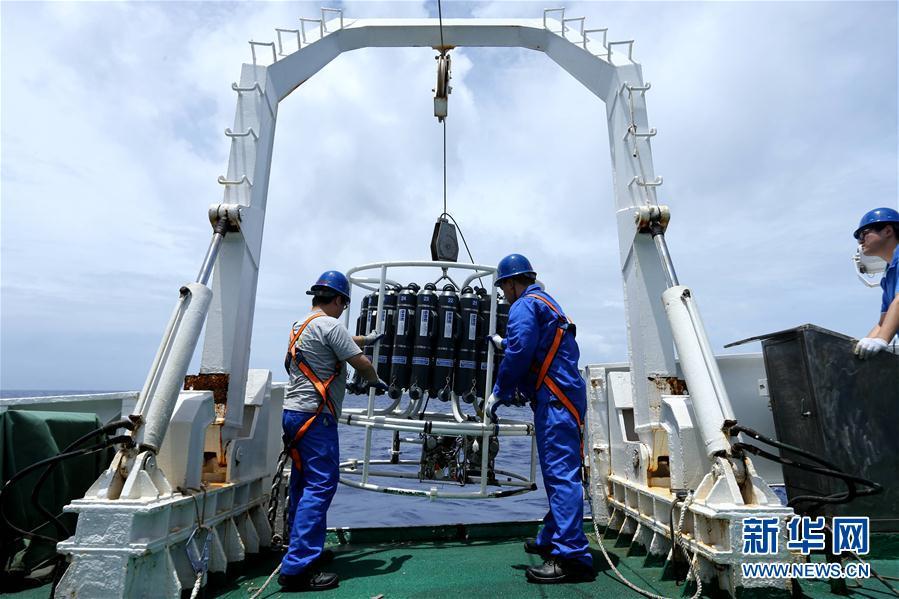 """""""蛟龙""""号抵达马里亚纳海沟今日在世界最深处下潜"""