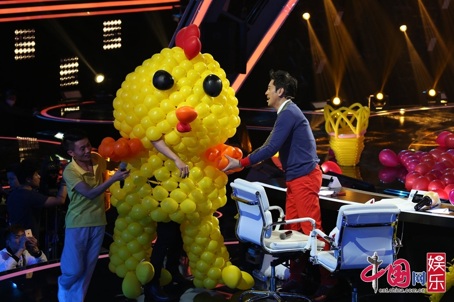 《出彩》撒贝宁玩出新高度 气球套头变小黄鸡