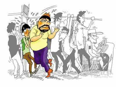 """男子坐公交遭陌生人掌掴 只因说了""""撞车""""二字"""