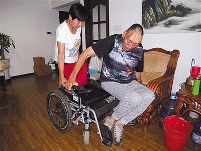 """2.3米""""东方巨人""""杨继刚腿患疾病无法站立"""